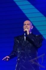 """Neil Tennant dari band Pet Shop Boys beraksi dalam konser di Plenary Hall Jakarta Convention Centre, Jakarta, Sabtu (17/8). Konser tersebut merupakan bagian dari tur mereka """"Electric"""", dimana mereka membawakan sejumlah lagu dari album terbaru serta lagu-lagu hits mereka seperti """"West End Girls"""", """"Always On My Mind"""", dan """"Go West"""". ANTARA FOTO/Oxalis Atindriyaratri/NZ/13. link"""